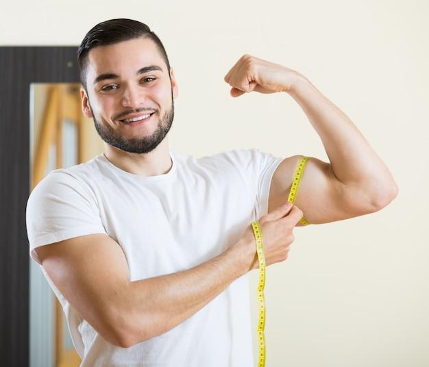 Ragazzo che controlla i risultati del fitness