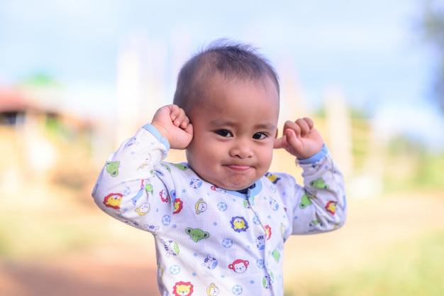 Ragazzo che copre la sua mano o le dita chiudono le orecchie. a causa del rumore.