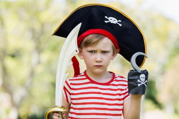 Ragazzo che finge di essere un pirata