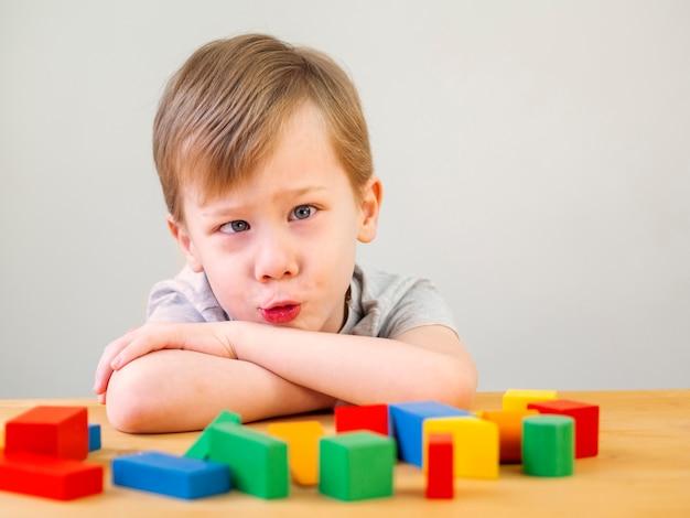 Ragazzo che gioca con il gioco di forme colorate