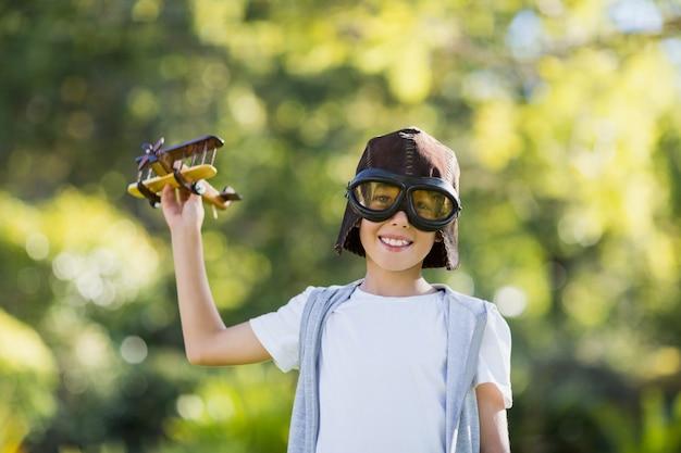 Ragazzo che gioca con un aeroplanino giocattolo