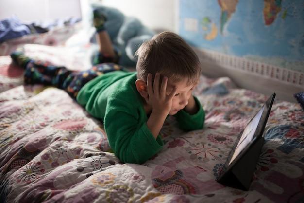 Ragazzo che guarda film sul letto