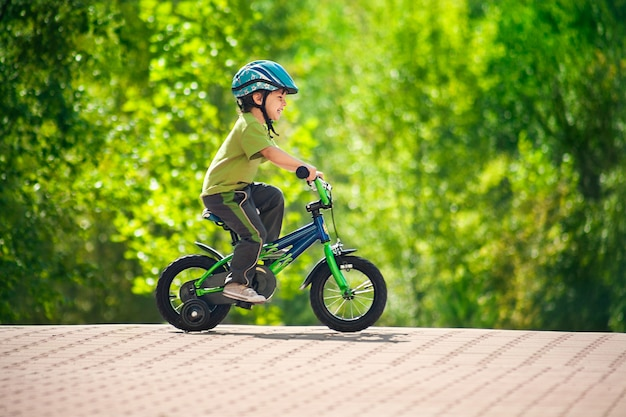 Ragazzo che guida la bici in un casco