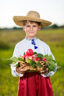 Ragazzo che indossa abiti tradizionali ucraina