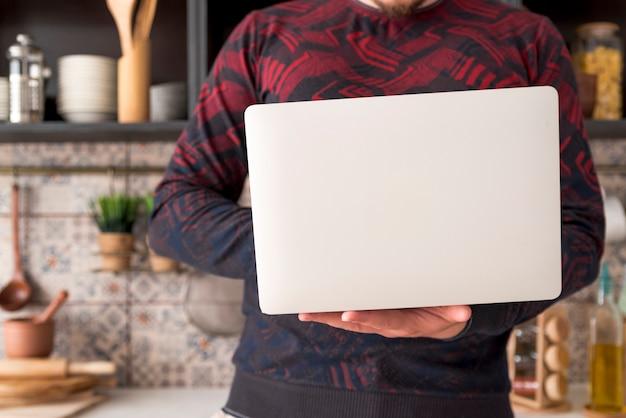 Ragazzo che lavora al computer portatile grigio