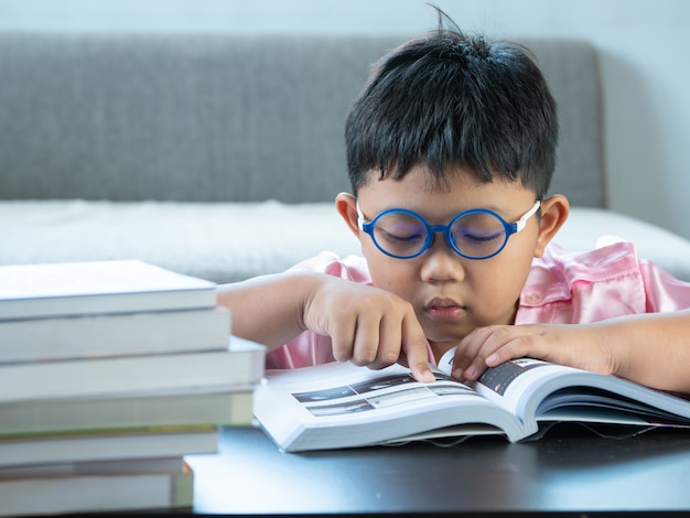 Ragazzo che legge un libro a casa. concetto di educazione
