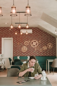 Ragazzo che mangia caffè in un ristorante
