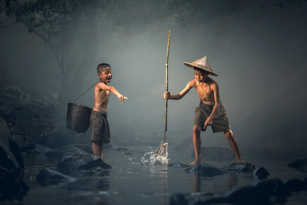 Ragazzo che pesca