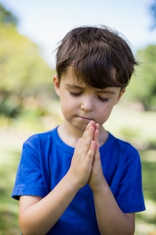 Ragazzo che prega con gli occhi chiusi