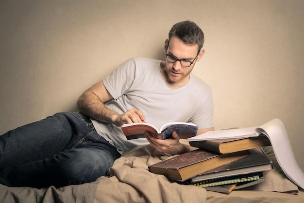 Ragazzo che studia dai libri