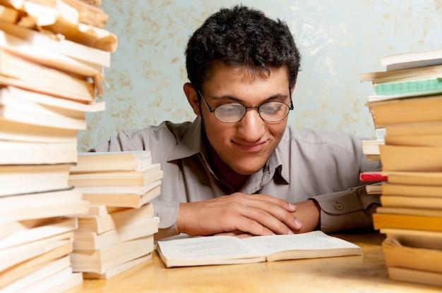 Ragazzo che studia