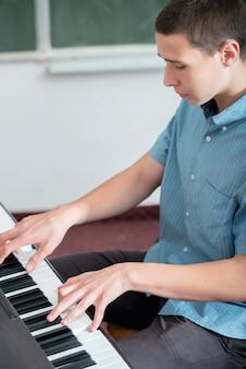 Ragazzo che suona il pianoforte