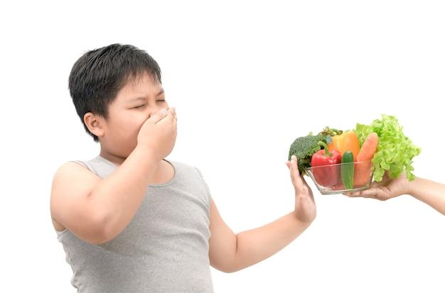 Ragazzo con espressione di disgusto nei confronti delle verdure