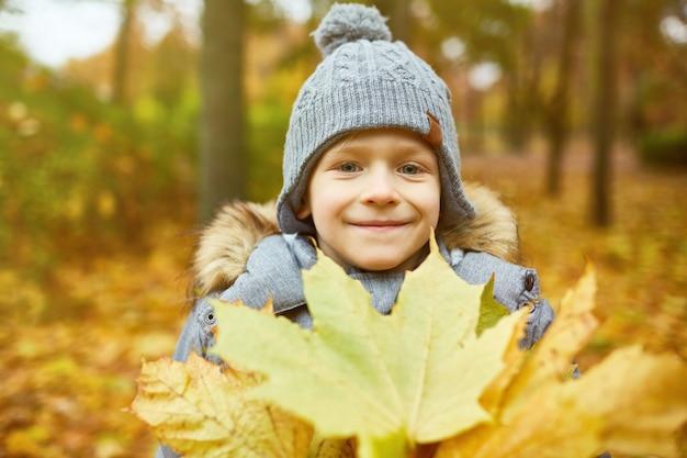 Ragazzo con foglie gialle