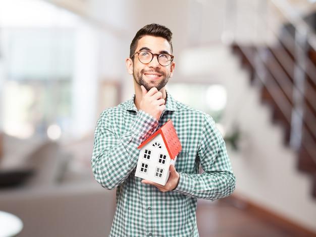Ragazzo con gli occhiali immaginando la sua futura casa