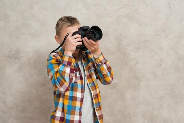 Ragazzo con la macchina fotografica