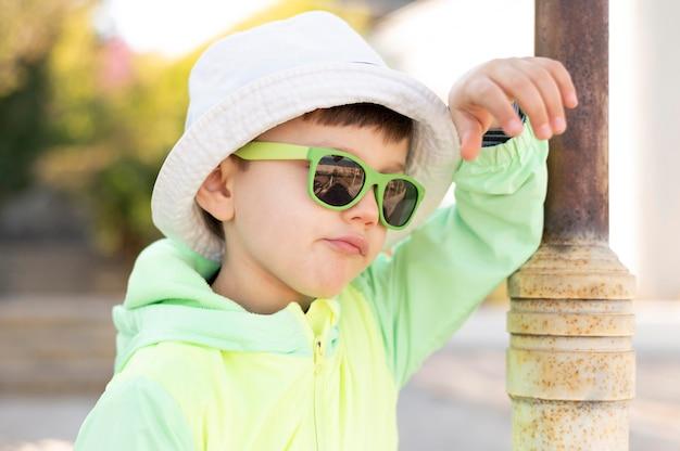 Ragazzo con occhiali da sole all'aperto