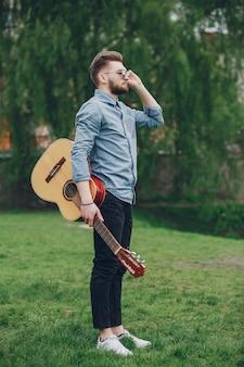 Ragazzo con una chitarra