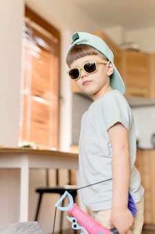 Ragazzo cool che indossa occhiali da sole
