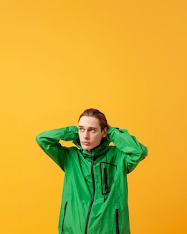 Ragazzo copia-spazio con giacca verde