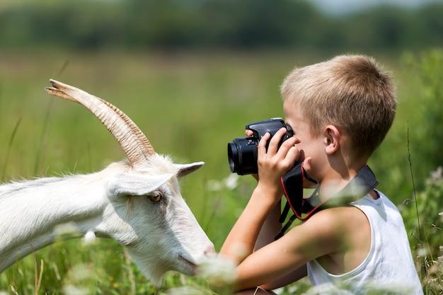 Ragazzo del bambino che cattura maschera della capra