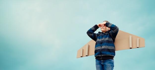 Ragazzo del bambino che sogna di diventare un pilota. il concetto di lavoro di squadra