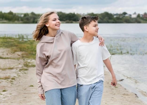 Ragazzo del bambino e della madre che cammina insieme