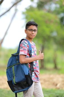 Ragazzo del college indiano con borsa