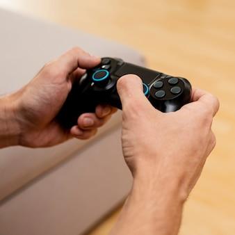 Ragazzo del primo piano che gioca con un controller di gioco