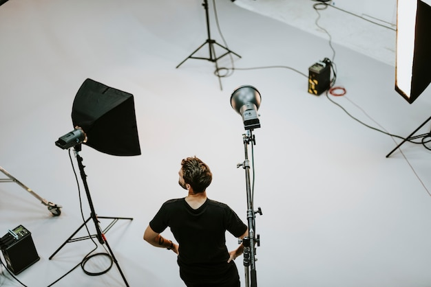 Ragazzo dello staff di produzione in un servizio fotografico