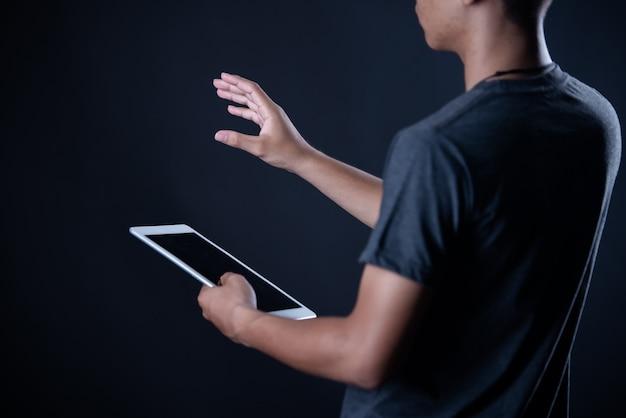 Ragazzo dello studente che per mezzo del computer portatile, apprendimento online, istruzione