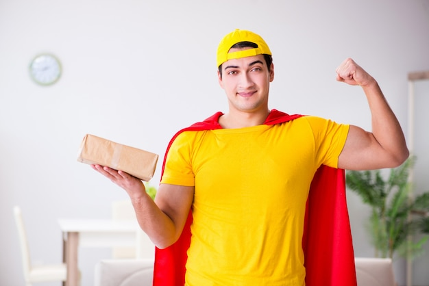 Ragazzo di consegna del supereroe con scatola