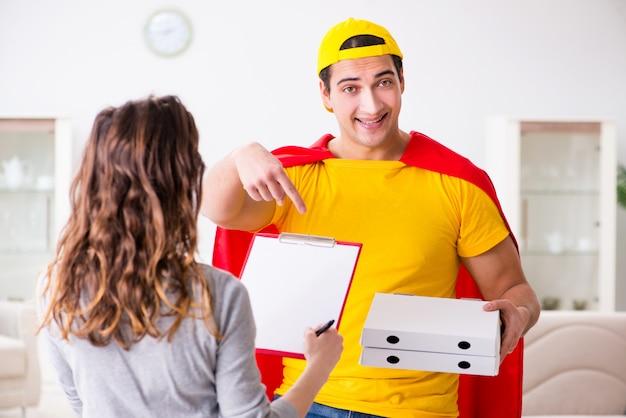 Ragazzo di consegna della pizza del supereroe con copertina rossa