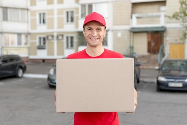 Ragazzo di smiley consegna pacchetto