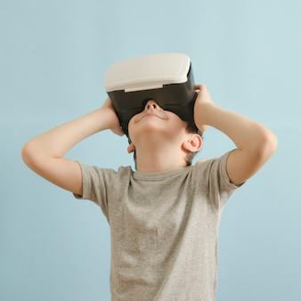 Ragazzo di sorriso con gli occhiali della realtà virtuale.