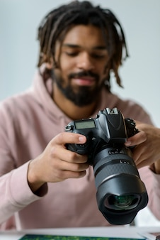 Ragazzo di tiro medio con macchina fotografica