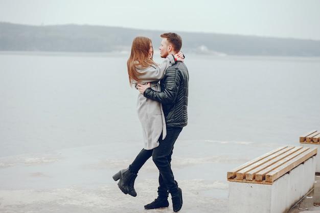 Ragazzo e ragazza nel parco. coppia di innamorati a piedi la coppia si rilassa