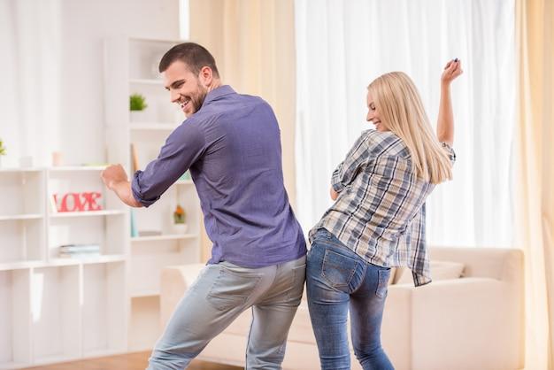 Ragazzo e ragazza si divertono a casa insieme.