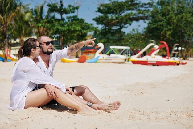 Ragazzo e ragazza sulla spiaggia