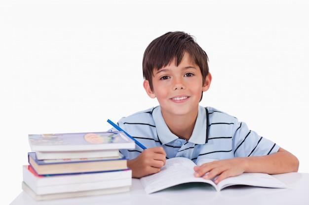 Ragazzo facendo i compiti
