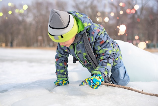 Ragazzo felice che gioca nella neve