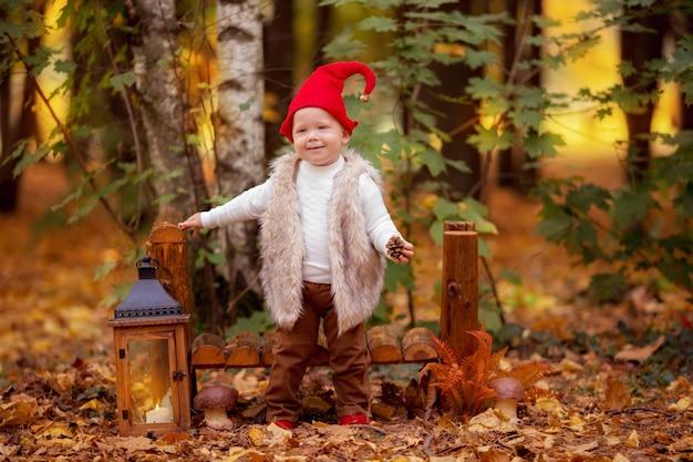 Ragazzo felice di gnomo della foresta leggiadramente che gioca e che cammina nella foresta