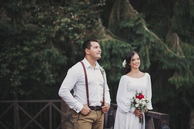 Ragazzo in camicia e una ragazza in un matrimonio dres