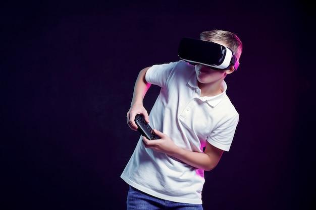 Ragazzo in occhiali vr giocando con il gamepad