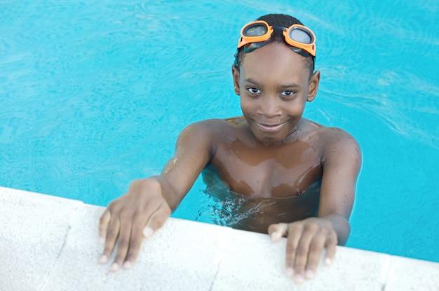 Ragazzo in piscina