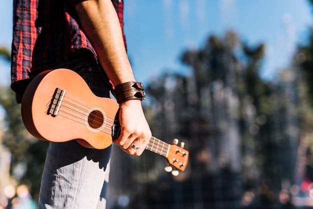 Ragazzo in possesso di un ukelele