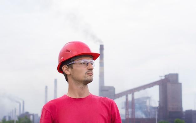 Ragazzo in un casco sullo sfondo di produzione