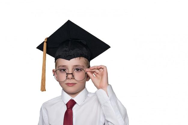 Ragazzo in una protezione accademica quadrata e vetri bianchi di correzione della camicia. concetto di scuola. isolato