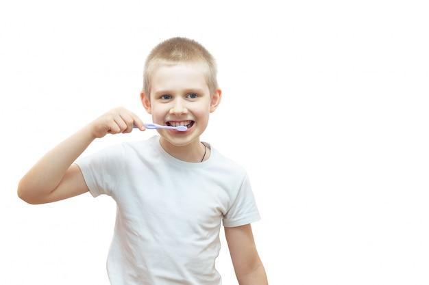 Ragazzo lavarsi i denti