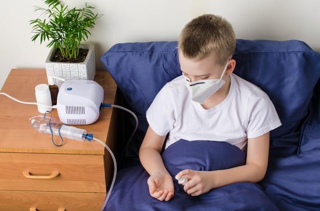 Ragazzo malato nella mascherina protettiva medica usando disinfettante per le mani. concetto di epidemia di coronavirus